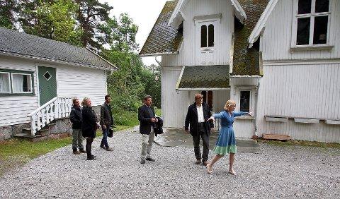 Anniken Huitfeldt ser for seg hvor Edvard Munch malte auladekorasjonene ved Nedre Ramme. Fra venstre Ingrid Sihem Matre, Ina Johannesen, Munir Jaber, John Ødbehr, Stefan Docksjö og Anniken Huitfeldt.