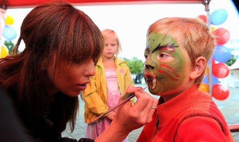 Barnas dag har mye å by på. Elias Brand ble malt i ansiktet av Andrea Rijnbach. Foto: Atle Møller