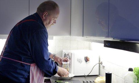 Trond Steine på kjøkkenet der han tilbereder mat etter reglene han lærte på slankefarm.
