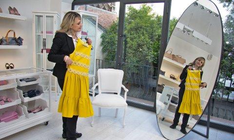 – Mon denne passer? Loredana Calí prøver en av kjolene til den italienske designeren Valentino.