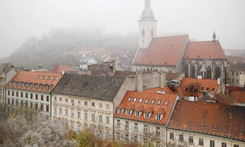 Sankt Martins katedral rager høyt, og på bakketoppen bak der igjen skjuler Bratislava borg seg i tåkeheimen.