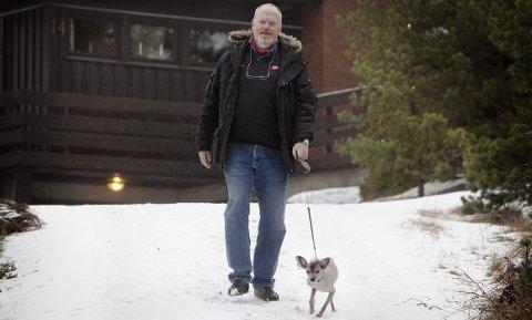 Trond Steine hadde aldri gått på tur før han fikk plass på slankefarm. Nå er daglige spaserturer med hunden blitt en god rutine.