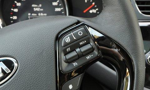 Praktisk å kunne styre mange av funksjonene fra rattet.
