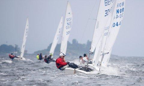 Det ble en tøff dag for jobben for seilerne under lørdagens regatta. Vinden var lenge oppe i liten kuling.