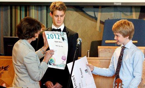 Magnus Borka Kloster-Jensen (18, til venstre) fra Høvik og Mikael Aksnes-Pehrson (14) fra Blommenholm vant årets drømmestipend i Bærum. Stipendene ble delt ut av ordfører Lisbeth Hammer Krog.