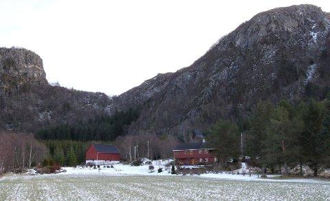 Prisen på dette småbruket ved Hustad, cirka 40 minutter med bil fra Molde, er satt til 2,75 millioner kroner.