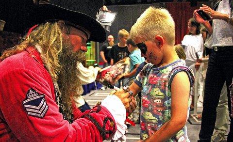 Jon Eid (4) var en av mange barn som ville ha autografen til kapteinen og de andre etter showet.