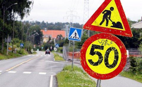 Her står skiltet som varsler om veiarbeid og 50-grense. I bakgrunnen skimter man skiltet som forteller at 50-grensa oppheves. På denne strekningen er fartsgrensen 40 km/t til vanlig.