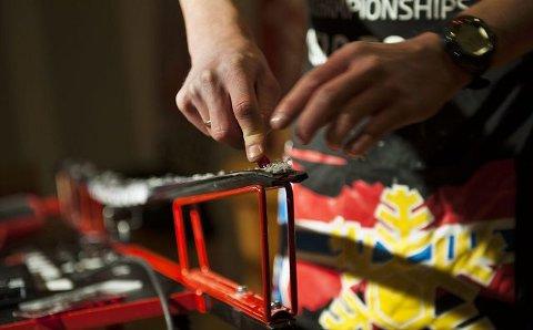 Første regel for godt skihold er å fjerne gammel smøring. Helst bør du gjøre dette før du setter vekk skiene ved sesongslutt.