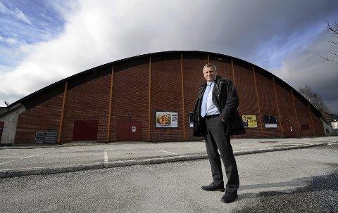 Ordfører Tore Opdal Hansen har ønsket seg en ny storhall i flere år. Her fra 2008 da planer om en håndballarena ble lansert. foto: rune folkedal