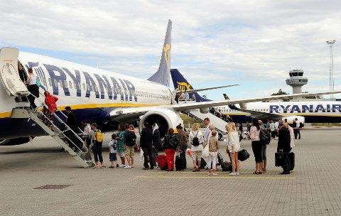 Dersom den Spanske regjeringen bestemmer seg for at flyselskapene må betale en ekstra avgift for å lette fra Spanias to største flyplasser, har Ryanair bestemt at passasjerene får regningen.