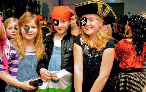 Eline, Ingrid og Synne fra Galleberg SFO-kor gleder seg til å opptre.