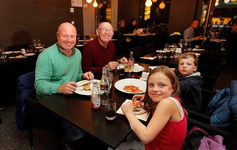 FAMILIE: Alf Whist (t.v.) tester ut Jeppe sammen med faren Alf Gunnar og barna Didrik og Julie. – Et bra alternativ til byen, mener Whist.