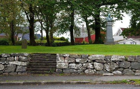 TIDENE FORANDRER SEG: I dag en idyllisk liten park, for 150 år siden en trang, overfylt kirkegård. Det er ingen informasjon ved den gamle gravplassen på Hauge som forteller at stedet representerer en vesentlig del av byhistorien.