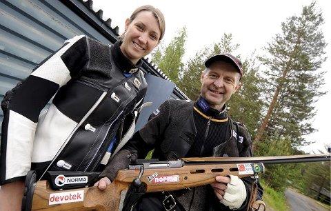 Jondalsskytterne Ann Kristin Årskog Vikhagen og Trond Bergan skjøt henholdsvis 348 og 349 poeng i numedølenes samlagsmesterskap. FOTO: OLE JOHN HOSTVEDT