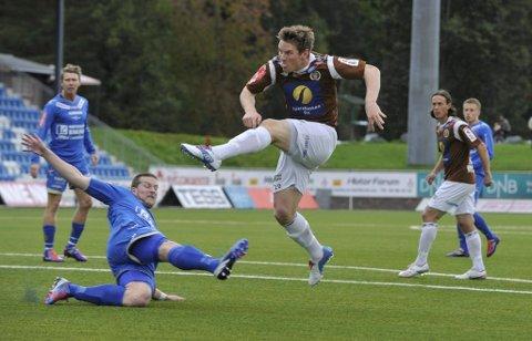 Pål Kirkevold utnytter et klumsete Notodden-forsvar og dundrer ballen i nota etter tre minutter.