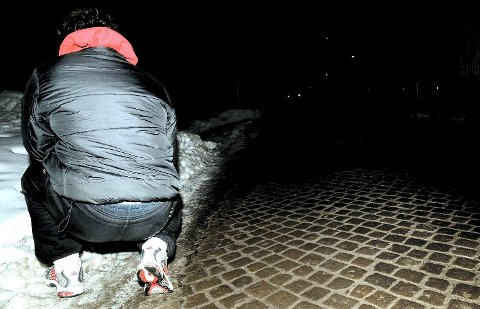 Konstant på flukt: 23-åringen fra Råde lot seg intervjue av Fredriksstad Blad i februar 2009 mens han var på rømmen fra politiet. Nå sitter han i varetekt bak åtte meter massiv murvegg i Halden fengsel, står tiltalt i Moss tingrett og venter på nok en dom. Tiltalen denne gang er på åtte sider og inneholder 16 punkter med til sammen 40 poster. Foto: Trond Thorvaldsen.
