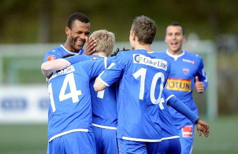 Sandefjord jubler for 1-0 signert Svenn Martin Torp (lyst hår midt i flokken). Yaw Amankwah, Cato Hansen (nummer 14) og Jo Sondre Aas (nummer 10) gratulerte målscoreren. I bakgrunnen Panajotis Dimitriadis.