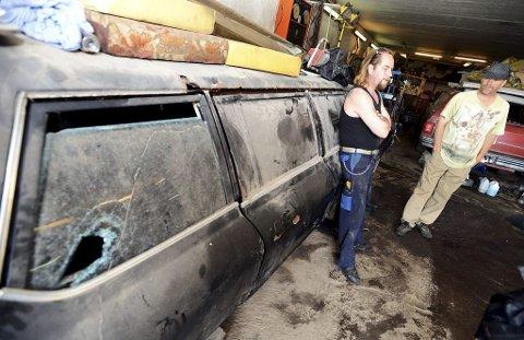 SMADRET: Denne Dodge Monaco Limo-stasjonsvognen fra 1977 er en av fem veteranbiler som fikk vinduer og lykter knust forrige lørdag. Hobbymekaniker Jørn Christiansen (til venstre) og eier Geir Nordbotten fortviler. Alle foto: Per Gilding