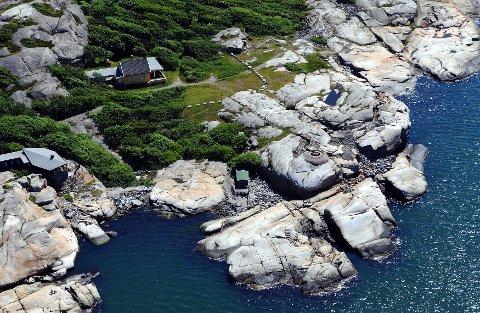 Som den ytterste hytta ved Folehavna ligger den gule hytta vestvendt mot svabergene ved Sandefjordsfjorden.