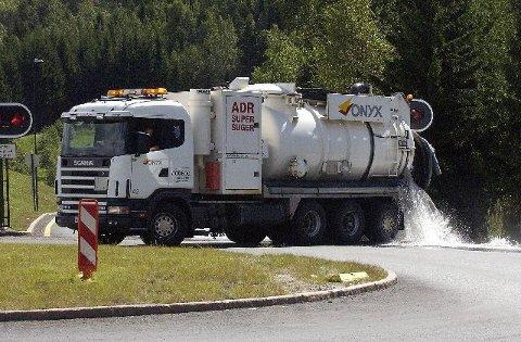 <b>På spreng. </b>Søndag arbeidet omkring 50 personer på spreng for å tømme tunnelen for vann. (Foto: Rune Folkedal)