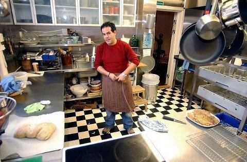 KOKKEN: Mustafa Mosslin styrer kjøkkenenet på stasjonen. Han byr på varmretter til lunsj og middag.