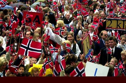 Sandefjords Blad premierer barnetogets beste hurrarop med is til hele klassen.  Foto: Olaf Akselsen<B></B>