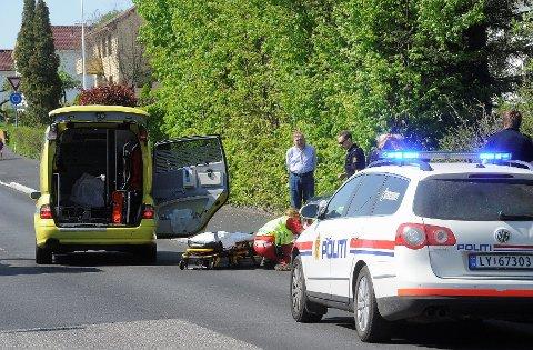 En 19 år gammel kvinne er fraktet til sykehuset i Tønsberg etter at hun kolliderte med en bil i Peder Bogens gate i Sandefjord.