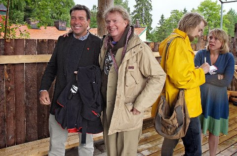 Kameratslig tone Vestby-ordfører John Ødbehr (til venstre) og Petter Olsen mot slutten av lørdagens seanse.