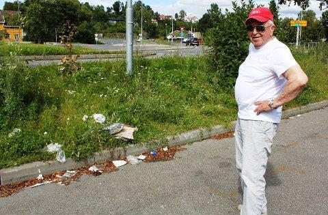 Dette er bare en liten del av søppelet som ligger rundt på parkeringsplassen på Holmenskjæret. Leif Wilhelm Stang forteller at dette har vært en problem i rundt ett år.