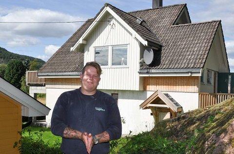 FORNØYD: Rolf Stian Paulsen følte at det var som å vinne i lotto når han fikk vite at Sinnasnekkeren skulle bistå i oppussingen av barndomshjemmet