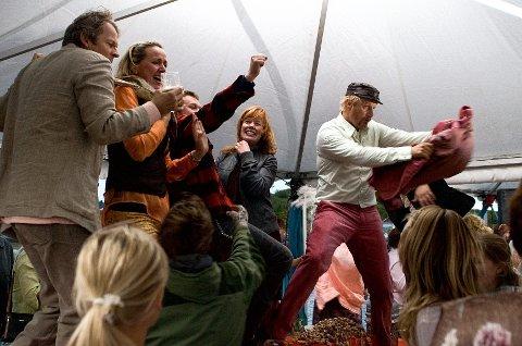 Når det skal arrangeres fest i serien «Himmelblå», trenger NRK Drama mange statister som veggpryd.