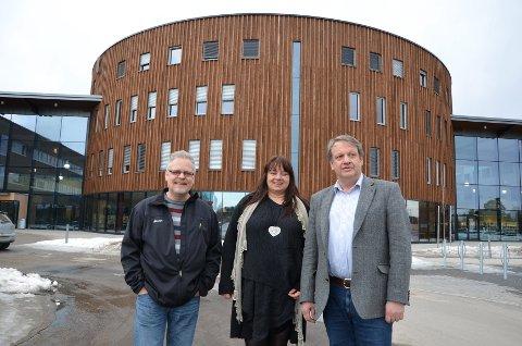 POLITISK UTSPILL: Ap-politikerne Jørn Øversveen (til venstre), Ann Evelyn Bergli og Hans Petter Wahl Adolfsen oppfordrer Høgskolen i Hedmark til å vende blikket østover mot Karlstad Universitet for å oppnå universitetsstatus. (Foto: Randi Undseth)