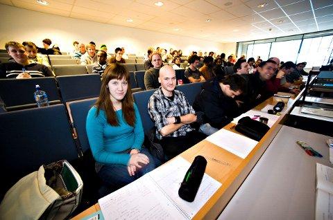 Høgskolen på Kråkerøy har en marginal nedgang i søkertall, men fortsatt er det kamp om plassene. Her er studentene Helene Andersen og Ivan Knutsen; ved Høgskolen i Østfold.