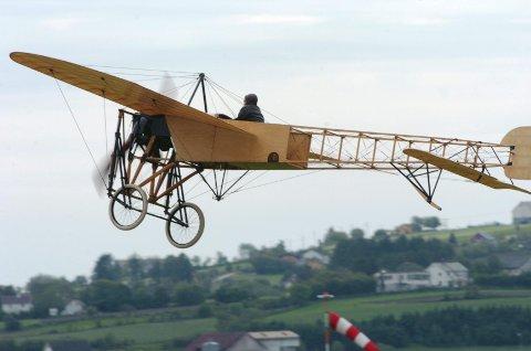 I juli 1909 ble Bleriot den første som fløy over den engelske kanal med denne maskinen. Han var også førstemann til å fly over Alpene, og dette flyet ble det første som ble tatt i militær bruk. Maskinen var også det første man foretok en loop med. Flyet har gått igjen i en rekke filmer og TV-innspillinger de siste årene.