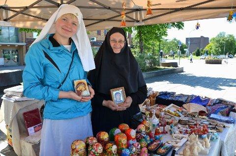 Søster Ludmila (t.v.) og Søster Maria fra St. Elisabeths Kloster i Hviterussland selger håndlagde produkter på Torvet.  Foto: Maja Christensen