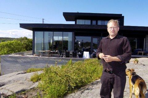 IKKE BOPLIKT: Rune Breili har bygd denne eneboligen helt syd på Hvasser. Herfa er det utsikt lang ut i Skagerrak. Breili slipper boplikt fordi huset er bygd i et uregulert område. Foto: Terje Wilhelmsen