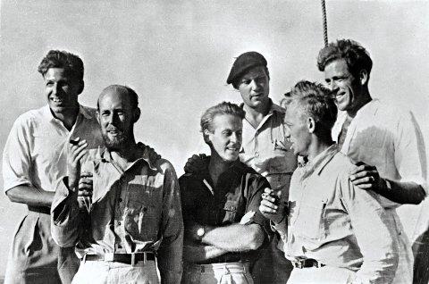 Det originale mannskapet fra Kon-Tiki. Thor heyerdahl i midten. Foto: Filmweb