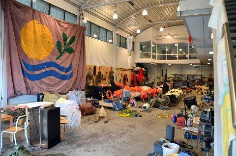 I Gaiahallen henger sjøkartene og redningsvestene til tørk. Mye av utstyret som var om bord i Gaia ble tilgriset av diesel, og må vaskes.