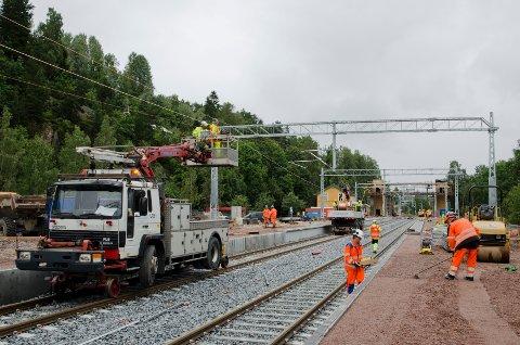 Her jobber anleggsarbeiderne med de nye plattform. Den nye broen over sporene i bakgrunnen.