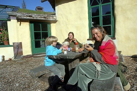 HØSTFEST: Vera Kvaal (bakerst), søsteren Kikki Kvaal Olsen og ungene Rasmus (8) og Josefine (2) koste seg i solen på Ramme Gaard i går.