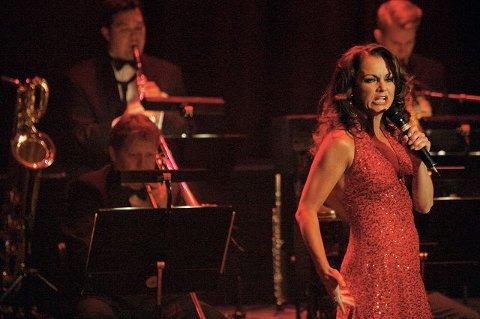 Hilde Lyrån viste en stemmeprakt og ekthet i sin formidling ved siden av at hun fikk vist sin scenetekniske begavelse både som glamorøs og «sliten». Foto Pål Andreassen