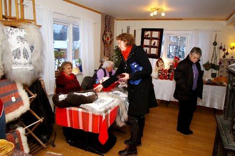På Røyken prestegård er det julestemning både ute og inne når Røyken Husflidslag har julemarked.