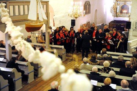 Galleberg Sangkor fikk virkelig fram den gode julestemningen i Sande kirke søndag kveld.