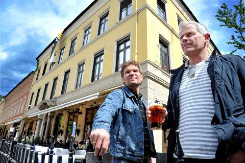 Atle Thommassen (t.v.) ved Pigen og Petter Kittelsen hos utestedet Z vet det kan bli bråk når de nå bytter leverandør av fatøl fra Aass til Carlsberg, men forskjellen på de økonomiske tilbudene ble for stor.