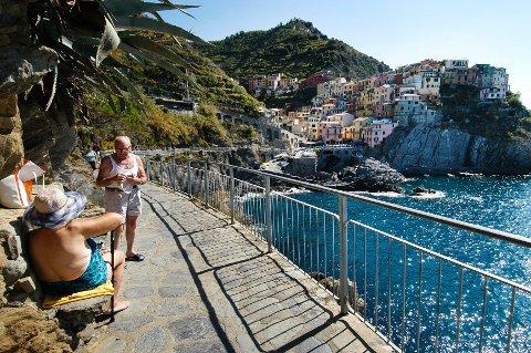 Lokaltoget i Cinque Terre, Ligura tar deg fra den ene pittoreske landsbyen til den andre. Her skimter man toglinjen i bakgrunnen, med gangveien – Via dell'Amore – i forgrunnen.