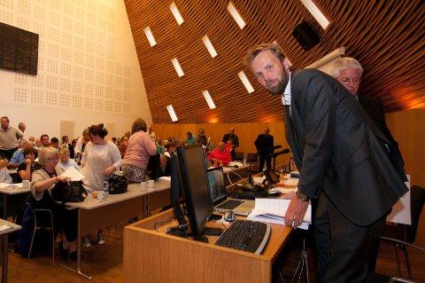 Helge Solseth Berg fra Lynx Advokatfirma la fram Briskebyrapporten for kommunestyret onsdag kveld.
