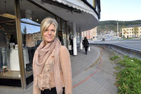 Eier og daglig leder Tine Maj Møller ved Pikene på broen sier hun merket forskjellen over natta, da biltrafikken ikke lenger gikk forbi utstillingsvinduene hennes.