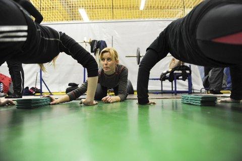 Hilde Grennes er en av trenerne for TB Aktiv-gjengen. Hun etterlyser mer fokus på variasjon og restitusjon blant deltakerne.