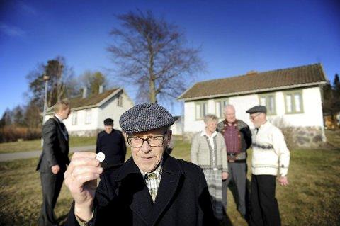 Kasserer Reidar Ristvedt i Tunsberg Historielag kjøper Nikolinehuset av Petter Berg for ett kronestykke.